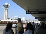 English: The control tower and Theme Building at Los Angeles International Airport, as viewed from Terminal 4. Español: Exterior de la Terminal 4. Torre de control y edificio tematico en el Aeropuerto Intenacional de Los Angeles visto desde la terminal 4.