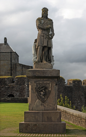 English: Statue of Robert the Bruce in front of . Français : Statue de Robert le Bruce devant le château de Stirling.