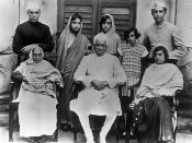 English: The family of Motilal Nehru, who is seated in the centre. Standing (L to R) Jawaharlal Nehru (Panditji), Vijaya Lakshmi Pandit, Krishna Hutheesingh, Indira Gandhi and Ranjit Pandit; Seated: Swaroop Rani, Motilal Nehru and Kamala Nehru (circa 1927