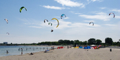 English: Kite surfers in Amager Beach Park in Copenhagen, Denmark