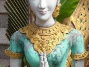 beeld bij tempel in Thailand (foto Wouter Hagens); figure in W:Anjali mudra