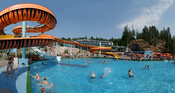 English: Water slides and outdoor swimming pool in water park Serena. Suomi: Vesipuisto Serenan ulkoallas.