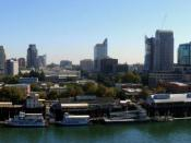 English: The Sacramento skyline, as seen from The Ziggurat in West Sacramento, California. The building is occupied by California Department of General Services who were very generous in their time in permitting me use their balcony. Français : Le centre-