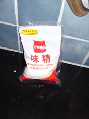 English: Monosodium glutamate in a bag. Svenska: Natriumglutamat i en påse.