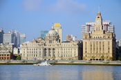 English: China Maritime Safety Administration vessel passing the Bund (外滩), Huangpu River in Shanghai