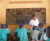 English: Public primary school (EPP) outside Diego-Suarez (Antsiranana), Madagascar Français : Ecole primaire publique (EPP) pres de Diego-Suarez (Antsiranana), Madagascar