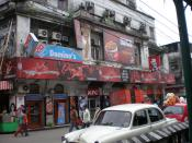English: Adjacent Domino's Pizza and KFC in New Market, Kolkata, India Español: Domino's Pizza de al lado de un KFC en Kolkata, India