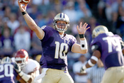 English: Photo of Washington Huskies quarterback Jake Locker during a game against the Oklahoma Sooners on Sept. 13, 2008 at Husky Stadium in Seattle, Wash.