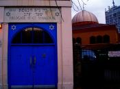 Fieldgate St. Gt. Synagogue (foreground), East London Mosque (background)