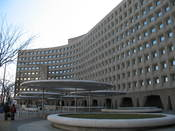 English: Robert C. Weaver Federal Building, the United States Department of Housing and Urban Development headquarters. Washington, D.C. Español: Edificio Federal Robert C. Weaver, la sede del Departamento de Vivienda y Desarrollo Urbano de los Estados Un