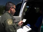English: Border Patrol agent reads the Miranda rights to a Mexican national arrested for transporting drugs (U.S. Customs and Border Protection - United States Department of Homeland Security) Français : Patrouille frontalière lisant ses droits à un mexic