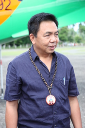 English: Bayani Fernando, chairman of the Metropolitan Manila Development Authority, on the tarmac of Marinduque Airport in Gasan, Marinduque, Philippines Tagalog: Si Bayani Fernando, ang tagapangulo ng Pangasiwaan sa Pagpapaunlad ng Kalakhang Maynila, sa
