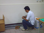 English: Wikimania 2007 Preparation Day: A network engineer pulled network line. 中文(繁體): 2007年維基媒體國際大會最終準備日:網路工程師拉線,架設網路。