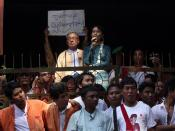 English: Aung San Suu Kyi meets with crowd after house arrest lift on 14 November 2010.