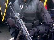 Español: Miembro de la Policía Nacional de Panamá de la Unidad de Fuerzas Especiales Contraterrorismo portando equipo completo para intervención urbana.