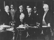 Rt. Honourable Richard Bedford Bennett signing commercial agreement with France / Le très honorable Richard Bedford Bennett en train de signer un accord commercial avec la France