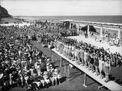 Beauty pageant contestants and crowd, Marine Parade, Napier, ca late 1930s
