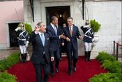 English: Portuguese president Cavaco Silva escorts US president Barack Obama from Belem National Palace after meeting