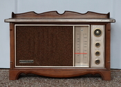 English: A Panasonic Model RE-7200 FM-AM 2-band radio receiver, manufactured in Japan by Matsushita Electric Industrial Co., Ltd. According to radiomuseum.com, it is from around 1975.
