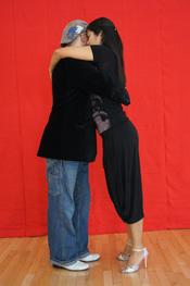 English: Millonguero embrace. Argentine tango. Homer and Cristina Ladas. Stanford, CA. Polski: Pozycja w stylu millonguero tanga argentyńskiego demonstrowana przez Homera i Krystynę Ladas. Warsztaty w Stanford, Kalifornia.