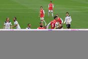 English: Laurent Koscielny (6) of Arsenal F.C. clashes with Heurelho Gomes of Tottenham Hotspur F.C. in November 2010.
