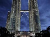 English: The Petronas Towers in Kuala Lumpur at night. Français : Les Tours Petronas en Malaisie prises de nuit. Suomi: Petronasin kaksoispilvenpiirtäjät Malesian pääkaupungissa Kuala Lumpurissa.