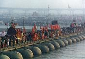 English: Hindu Pilgrims go over the Ganga river in the 2001 Kumbh-Mela