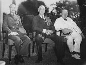 中文: 1943年,第二次世界大戰方酣之時,中、美、英三國領袖在埃及招開了開羅會議。圖中由左至右分別是蔣中正、富兰克林·德拉诺·罗斯福、溫斯頓·邱吉爾。不諳英語的蔣中正是由其夫人宋美齡擔任翻譯及諮詢顧問。宋在這次重要國際會議中充分展現她語言及外交的長处。這次會議主要議題是對日作戰計畫及如何解決遠東問題。會後三國簽訂了《中美英三國開羅宣言》,並在俄國史達林同意後公布,是確定日本侵華罪行及處理戰後日本問題的重要外交文件。