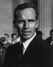 English: Actor Charlton Heston at the Civil Rights March in Washington, D.C. in August 1963. Magyar: Charlton Heston az 1963-as, polgári jogokért folytatott washingtoni menetben