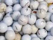English: Golf balls. Français : Des balles de golf.