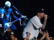 English: Limp Bizkit's Wes Borland and Fred Durst performing at the Movistar Arena in Santiago, Chile on July 21, 2011.