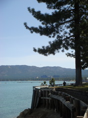 English: Beach front walkway South Lake Tahoe, Memorial Day weekend 2007. Nederlands: De Lake Tahoe walk way.