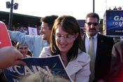 English: Sarah Palin signing an autograph at a McCain/Palin campaign rally in O'Fallon, Missouri during the 2008 Presidential Election