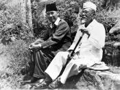 Nederlands: Repronegatief. President Soekarno tijdens een wandeling met Hadji Agus Salim