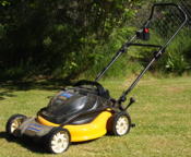 English: Cub Cadet rechargeable battery-powered lawn mower, in mulch mode