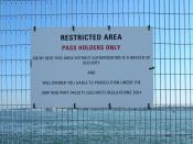 English: ISPS code being applied in Southampton with signs prohibiting access to areas next to ships. Français : Le code ISPS en application à Southampton, le panneau interdisant l'accès au quai près des navires de croisière.