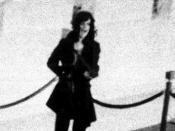 English: Patty Hearst at the Hibernia bank, San Francisco, 15 April 1974.