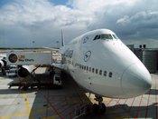 English: A 747 of Lufthansa scheduled to Shanghai is serviced by an LSG Sky Chefs truck at Frankfurt Airport Deutsch: Eine 747 der Lufthansa wird vor dem Abflug nach Shanghai am Frankfurter Flughafen durch einen LSG Sky Chefs-LKW beladen.