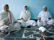 English: Jain sadhvis meditating (in Brindavan) Norsk (nynorsk): Tre kvitkledde djain-nonner mediterer i Vrindavan.