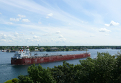 English: Lake freighter CSL Niagara on the St. Lawrence River near Alexandria Bay in the Thousand Islands. Schip op de Saint Lawrence, recht tegenover Alexandria Bay in de Thousand Islands