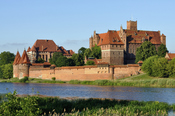 English: Picture taken in Malbork after Wikimania 2010 conference. Panorama of Malbork Castle, Żuławy region, Poland. Deutsch: In Malbork nach der Wikimania 2010 aufgenommenes Foto. Panorama der Marienburg. Français : La Forteresse teutonique de Marienbou