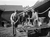 Bjarne Rosvold pusser gevær / Bjarne Rosvold cleaning a gun (1919)