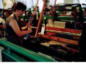 English: Demonstration how to work with power looms (The American Textile Museum in Lowell, Mass., USA) Deutsch: Vorführung wie man mit mechanischen Webstühlen arbeitet (The American Textile Museum, Lowell, Massachusetts, USA)