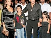 English: Indian actor Shah Rukh Khan with family at premiere of Drona