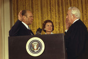 English: The swearing in of President Gerald Ford by Supreme Court Chief Justice Warren Burger. Français : Gerald Ford serrant la main de Warren Burger le chef de la Cour Suprême des états-Unis (1974).
