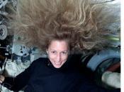 English: Astronaut Marsha Ivins experiencing weightlessness during STS-98. Deutsch: Marsha Ivins experimentiert mit der Schwerelosigkeit während STS-98