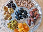 English: Dried fruit and nuts on a platter, traditionally eaten on Tu Bishvat. Русский: Сухофрукты и орехи на блюде, традиционно употребляемые во время праздника Ту би-Шват.