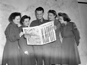 A group at SHAEF Headquarters reading the special VE-Day edition of the Maple Leaf newspaper, Paris, France, May 11, 1945 / Au QG du SHAEF, on lit le numéro spécial du « Maple Leaf » sur le jour de la Victoire, Paris, France, 11 mai 1945