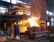 English: White-hot steel pours like water from a 35-ton electric furnace, Allegheny Ludlum Steel Corp., Brackenridge, Pa. Français : De l'acier liquide, blanc de chaleur, coule comme de l'eau d'un four électrique de capacité 35 tonnes, Allegheny Ludlum St