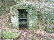English: Primitive Fridge This small building was once used to keep food cool. A spring bubbles up on the floor whilst slate shelves would have been used to place the food on...the door is long gone.